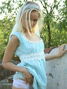 Horny Skinny Teen Babe Unclothed and Pussy Showing Outdoor