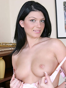 Brunette Hottie Roxy Presenting Her Sexy Figure On Web Cam