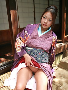 Cute asian babe lifts up her kimono to show off her trimmed pussy