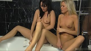 Amateur babes Sandra Sanchez and Laura Crystal masturbate in the shower